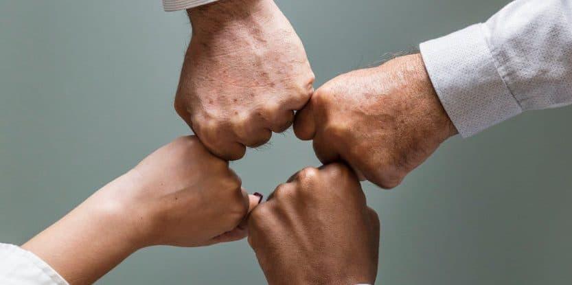 Dłonie zwinięte w pięści przyciśnięte do siebie