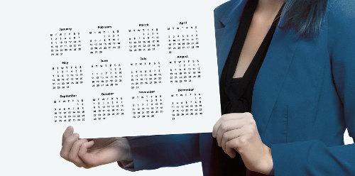 Kobieta trzyma w dłoniach kalendarz
