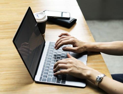 Kobieta siedzi przy notebooku
