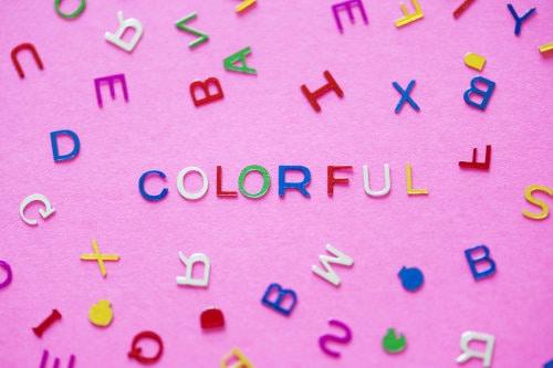 Napis colorful na różowym tle